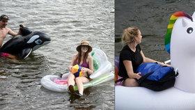 Nadšenci v Troji naskákali do vody: Na nafukovací kosatce nebo jednorožci sjeli Vltavu