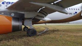 Drama na ruzyňském letišti: Dopravní letoun vyjel na trávu