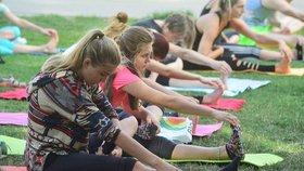 Jóga v Praze 10 frčí: Lekce v Malešicích pokračují, z parku se přesouvají do tělocvičny