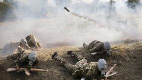 Dřevěné samopaly a dým jako na frontě: Ukrajinské děti se místo tábora učí válčit