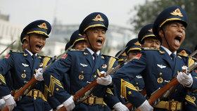 Číňané mají problém s armádou. Příčina? Masturbace, brambůrky a limonáda
