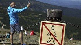 Extrémní nápor na Krkonoše: Neukáznění turisté donutili správu rozšířit zábrany