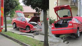 K nehodě na Zlínsku museli přijet hasiči: Muž zaparkoval v plotě, skončil v nemocnici
