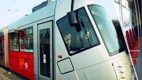 """Konec dotýkání koleny a zírání zblízka do obličeje: První tramvaj """"Porsche"""" má nové sedačky"""