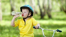 Aby děti více pily: Naučte se tyto triky a předcházejte dětské dehydrataci
