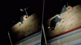Zfetovaný mladík v trenkách rval ze střechy tašky holýma rukama