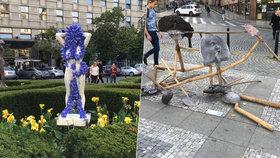 Nahé ženy a šikana na Václaváku: Náměstí zaplnily podivné sochy studentů umění