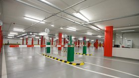 Parkovací dům na Proseku se už má čile k světu: Kolik míst na stání nabízí a pro koho?