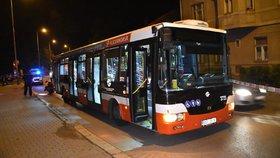 Muž požadoval po řidiči autobusu změnu trasy, vyhrožoval mu zbraní. Skončil na záchytce