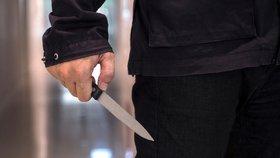 Muž s nožem oblečený v černém u nemocnice v Hradci: Svědek měl strach z útoku
