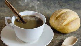 Tři až čtyři šálky kávy denně jsou zdravé, tvrdí vědci. Pomůže proti infarktu i rakovině