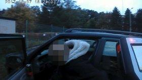 Auto zastavil v křižovatce, aby se vymočil. Řidič byl na mol opilý