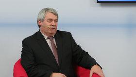 Komunista Filip v rudém křesle: Věří StB? A má nás místo NATO chránit Rusko a Čína?