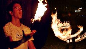 Ohnivý Jaroslav. V pražských parcích žongluje s plameny: Už několikrát ho šeredně popálily