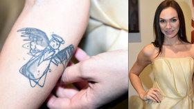 Společné tetování nebyl dobrý nápad: Nývltová po rozchodu řešila rozpůleného anděla!