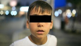 Malý školáček šel v plném provozu po silnici: Matka doma spala! Nesu drobné pro babičku, svěřil se