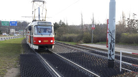 Dramatická potyčka v tramvaji! Zfetovaní a opilí mladíci se pustili do řidiče
