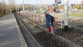 Gumové bodáky na Braníku mají bránit v přecházení kolejí: Lidé je přesto ignorují