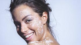 Testování pleťových peelingů: Který pleť nepodráždí a je po něm krásně zářivá?
