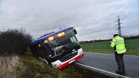 Havárie v Dolních Měcholupech: Autobus skončil v příkopu na boku. Tři lidé se zranili