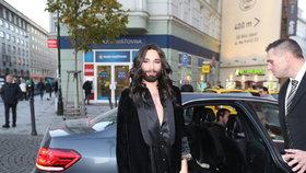 Vousatá zpěvačka Conchita Wurst v Praze: Dorazila bez kalhotek?