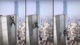 Kaskadér se při děsivém kousku zřítil z mrakodrapu. Vystupoval, aby zaplatil léčbu matce