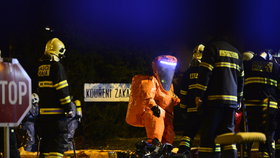 Protichemický zásah v Komořanské: Do ovzduší unikl jedovatý chlor, hasiči evakuovali 100 lidí