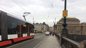 Z Národní třídy na Anděl nejezdily téměř tři hodiny tramvaje. Na trati se zlomila kolejnice