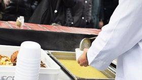 Tradiční rozlévání rybí polévky: Kde všude si na ní v Praze pochutnáte?