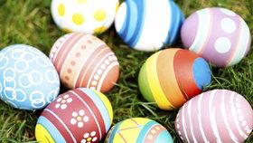 Barvení vajíček cibulí, voskovkami i lakem na nehty. Jak na to?