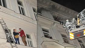 """Ohnivé peklo v pražském hotelu: """"Lidé blikali světly a snažili se na sebe upoutat pozornost,"""" popsal svědek"""