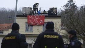 """Squatterům v Praze hrozí vězení: """"Neodejdeme, dokud nám bude hrozit zatčení,"""" vyhrožují"""