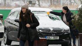 Řidiči, pozor: Sníh a led komplikují dopravu napříč republikou. Místy je i smog