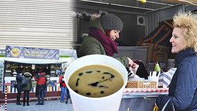 Pražané se na Andělu ládují polévkou od proslulých kuchařů: Pomáhají tak lidem po mozkové příhodě