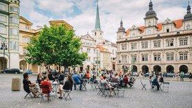Poslední výzva: Praha hledá nová místa pro židle a stolky, uvítá i netradiční nápady