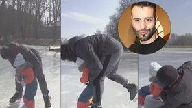 Noid učil dcerku bruslit: Na ledě se rozplácl a smetl i Terezku
