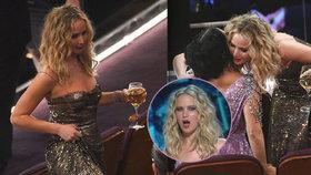 Rozjetá Jennifer Lawrence na Oscarech: Od sklenky vína se neodtrhla, výkruty na červeném koberci i v hledišti