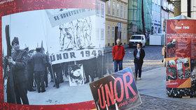 Reklamní sloupy plné komunistické propagandy v ulicích Prahy: Neobvyklá výstava připomíná únor 1948