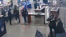 Policie hledá zlodějku peněženky. Drze postávala vedle muže, kterého právě okradla