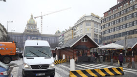 Protiteroristické zábrany, v terénu o 300 mužů zákona víc: Praha bude během adventu lépe střežená