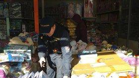 Policie a inspekce vtrhly na tržnici v Hatích. Zabavují padělky oblečení i kabelek