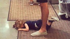 Fotka týdne! Dítě má hysterák, a otec je naprosto v klidu! Proč?