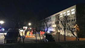 Únik kyanidu v běchovické laboratoři: Záchranáři ošetřili muže (25), odvezli ho do nemocnice
