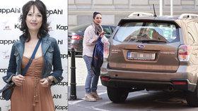 """Když hvězdy parkují: Kostková nechala auto na """"invalidech"""" a šla si po svých"""