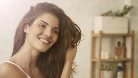 Testování suchých šamponů: Které zbaví vlasy mastnoty a nezanechají bílý prášek?