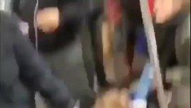 Sundej ze mě toho pos**nýho psa! Pitbul se zakousl ženě v metru do nohy a nechtěl ji pustit