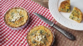 Špenátové tartaletky, česnekové trojhránky a třešňový koláč: 3 recepty, kterými oslníte