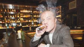 To je tedy dvojka! Šporcl klidně kouří v baru, jeho žena kritizuje Hrad