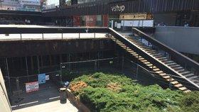 Okolí terasy u metra Budějovická je po roce znovu přístupné. Řešení je ale provizorní