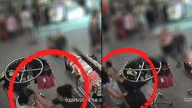 Dvě opilé dívky zbily pokladní: Nechtěla jim prý prodat alkohol!